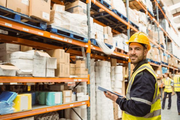 Pracownik logistyczny: zbieranie zamówień, sortowanie, pakowanie
